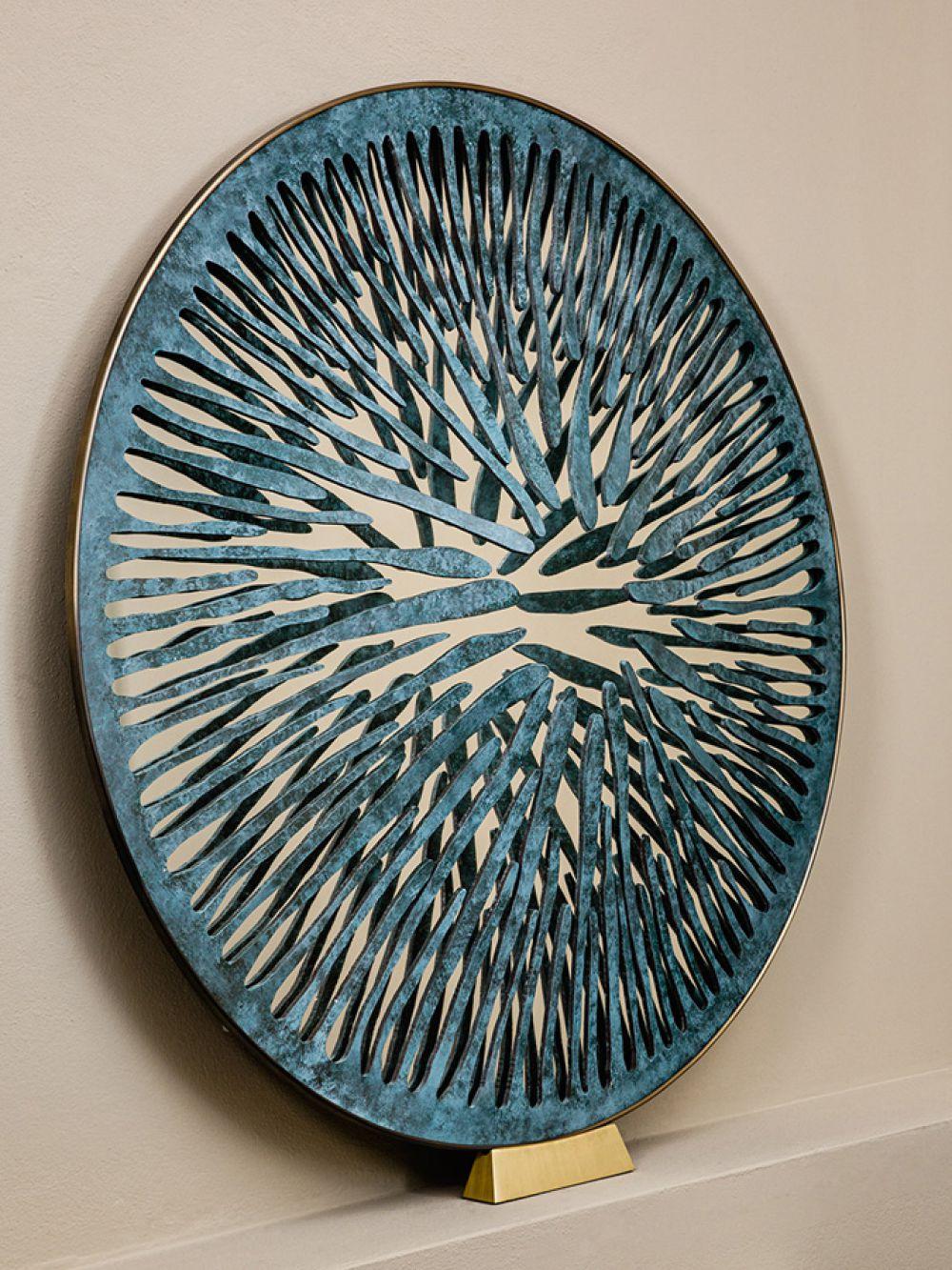 PUPIL VI - Sculptural mirror : Aluminum - Liquid copper - Brass - Light green finish